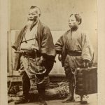 ANONIMO MERCANTE GIAPPONESE CON IL SUO AIUTANTE, [Giappone,1865]