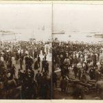 38. Folla sulle rive per il passaggio di ufficiali e marinai, [ante 1911] F24802