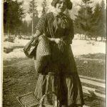 02-Provvigionamenti-giovane-donna-con-cesta-di-viveri-CMSA_F_009351